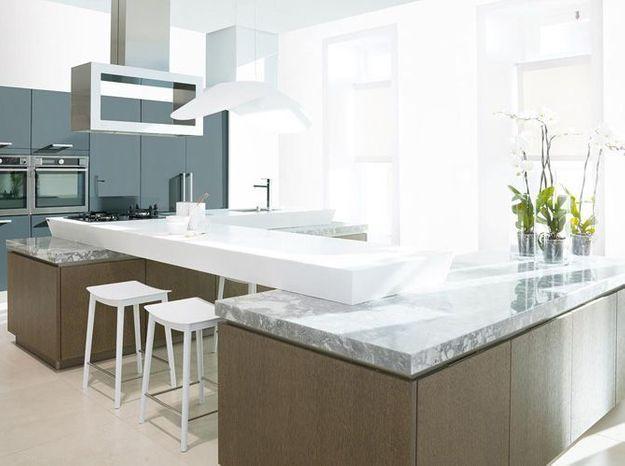 Une cuisine design avec plan de travail en marbre