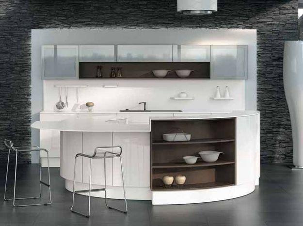 Une cuisine design avec un plan de travail en demi-cercle