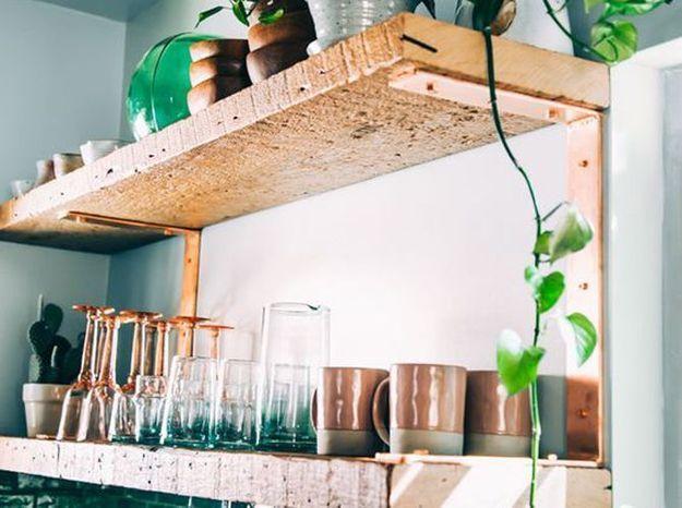 De vieilles planches en bois détournées en étagères rustiques