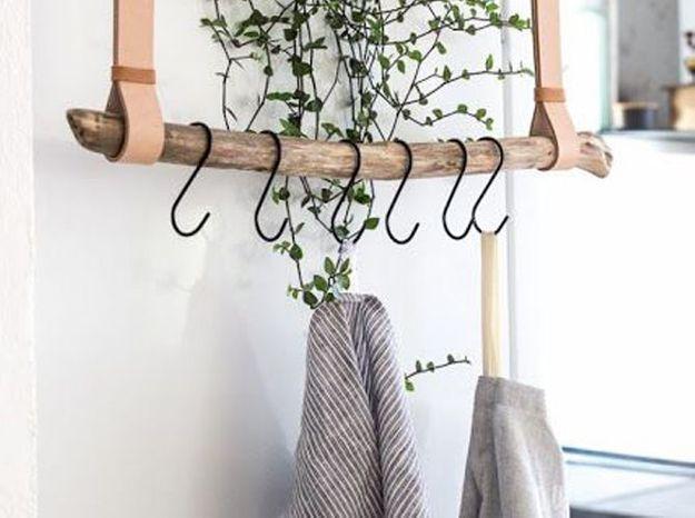 Une branche du jardin détournée en tringle pour le linge de cuisine