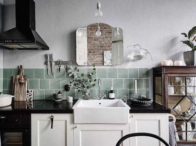 Une vitrine à l'ancienne détournée en vaisselier