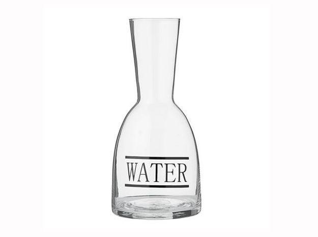 Une carafe à eau