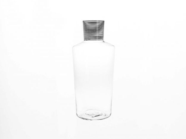 Une carafe à rayures