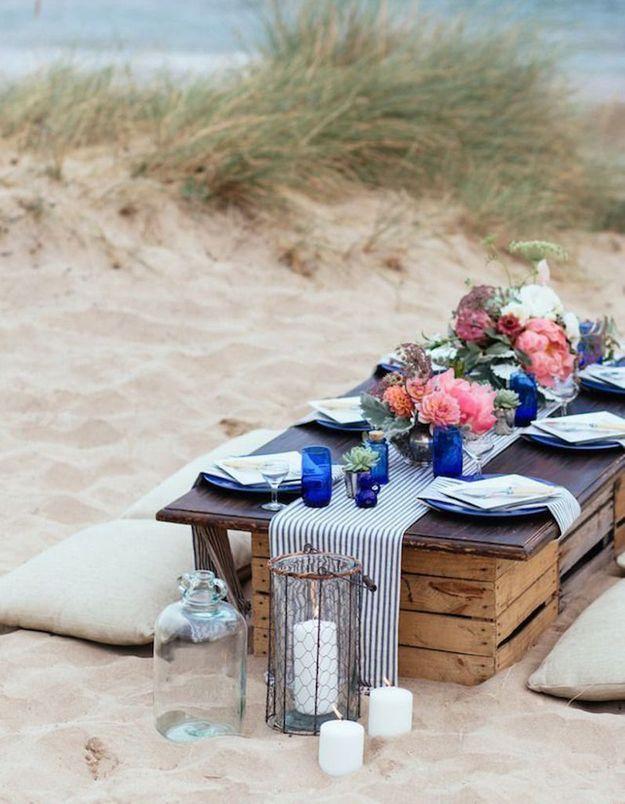 Une décoration de table d'été à l'esprit bord de mer grâce à l'utilisation du bleu et du motif bayadère