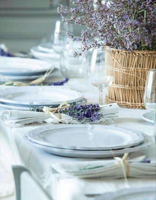 Une décoration de table d'été agréable grâce à la lavande disséminée ça et là