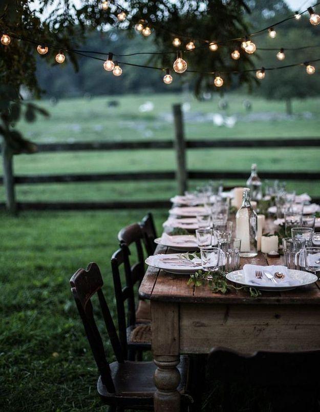 Une décoration de table d'été au style guinguette grâce à la guirlande lumineuse