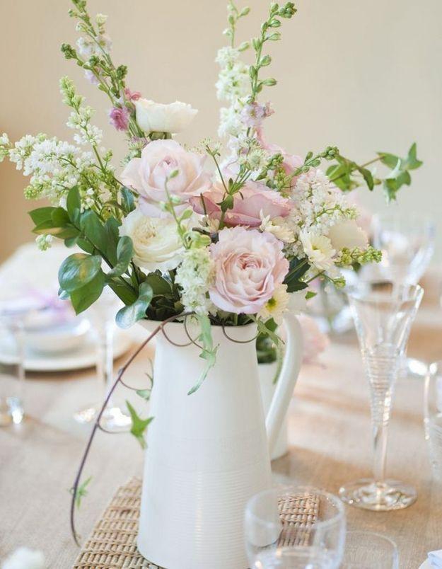 Une décoration de table d'été champêtre grâce au bouquet de fleurs fraîches dans un pichet