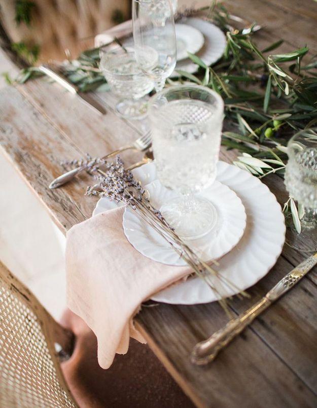 Une décoration de table d'été douce grâce aux serviettes de table pastel