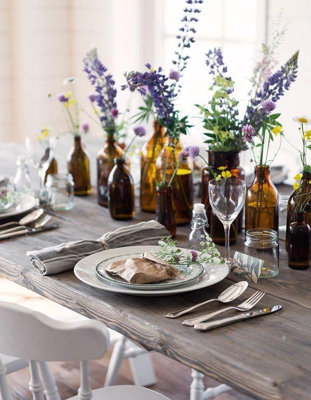 Une décoration de table d'été élégant minimaliste via quelques bouteilles détournées en vases