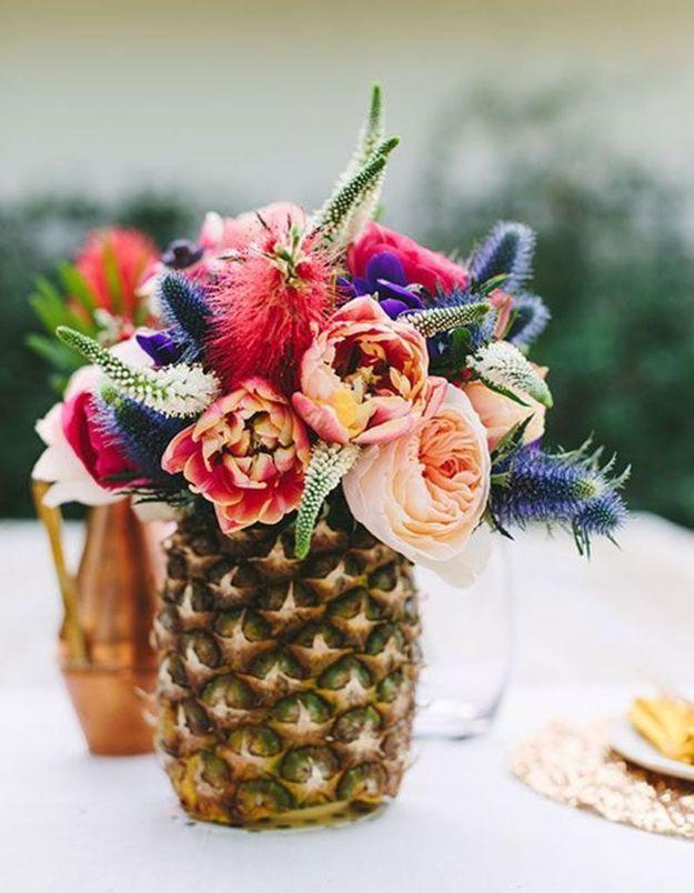 Une décoration de table d'été exotique grâce à l'ananas en guise de vase