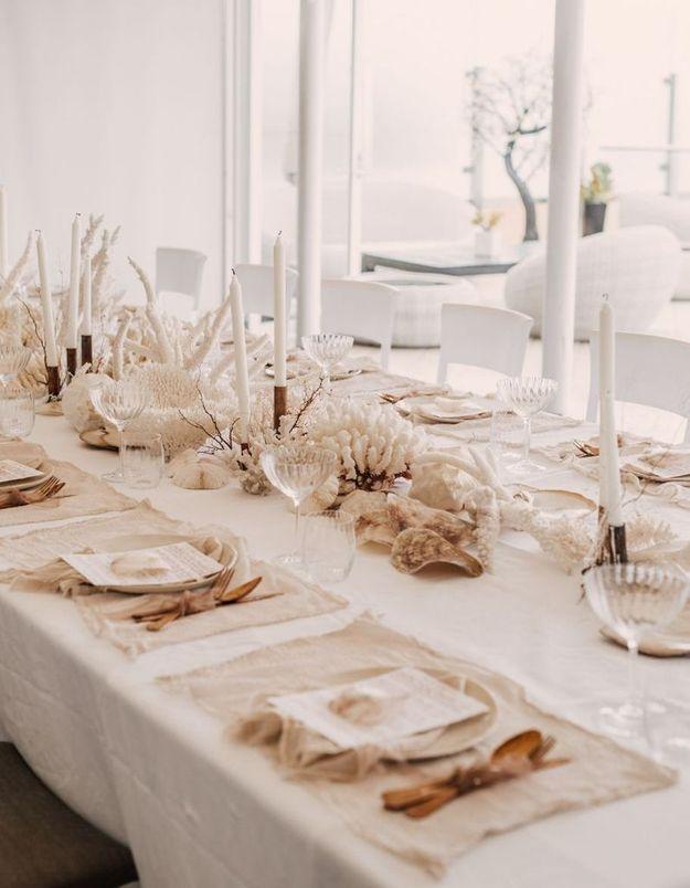 Une décoration de table d'été marine grâce aux coraux et coquillages