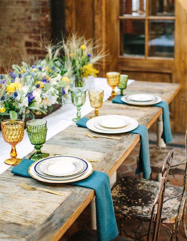 Une décoration de table d'été pop grâce à la vaisselle colorée