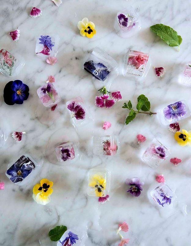 Une décoration de table d'été qui change via des glaçons fleuris