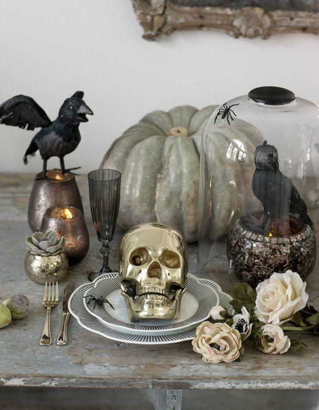 Une déco de table Halloween avec tête de mort gold