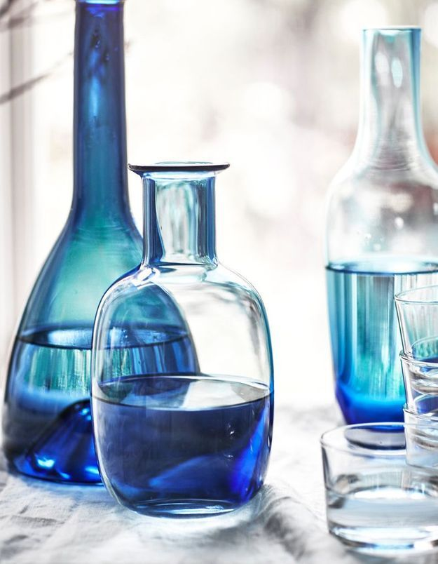 Déco de table pas chère : une carafe bleue