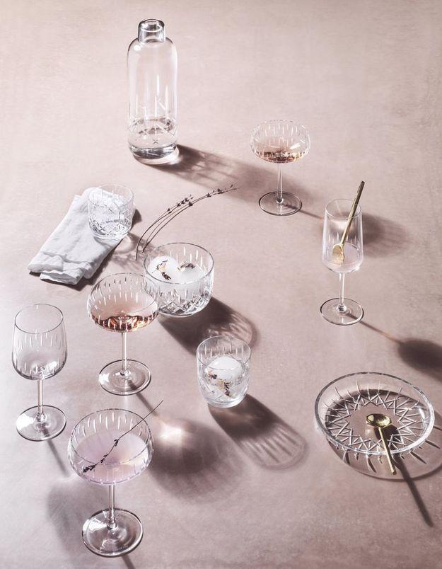Des coupes à champagne en cristal pour une déco de table de Saint-Valentin de luxe