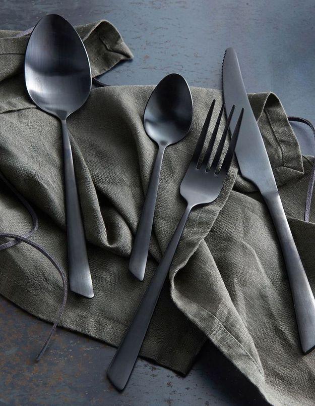 Des couverts noirs pour une déco de table de Saint-Valentin contemporaine