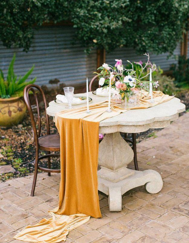 Un chemin de table en velours pour une déco de table de Saint-Valentin sexy