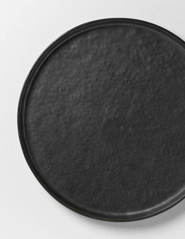 Une assiette noir mat pour une déco de table de Saint-Valentin chic