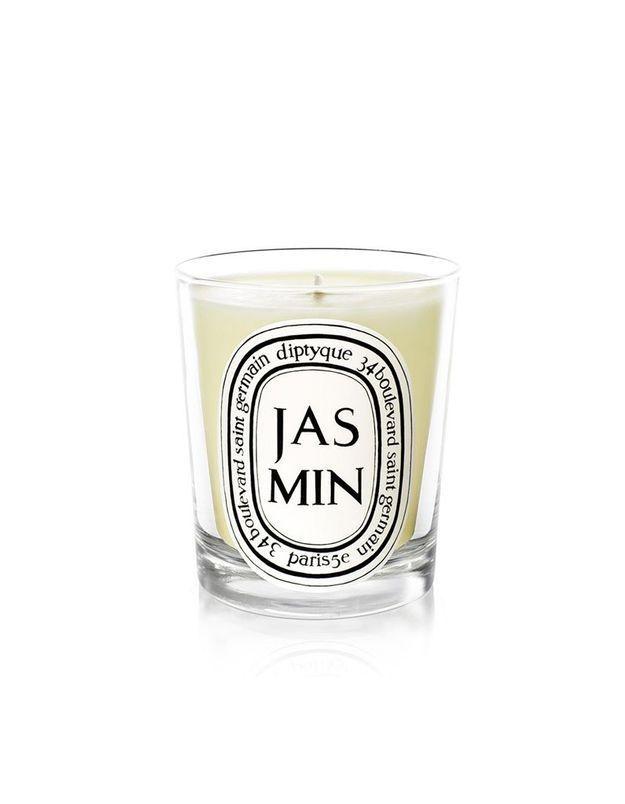 Une bougie parfumée pour une déco de table de Saint-Valentin envoûtante