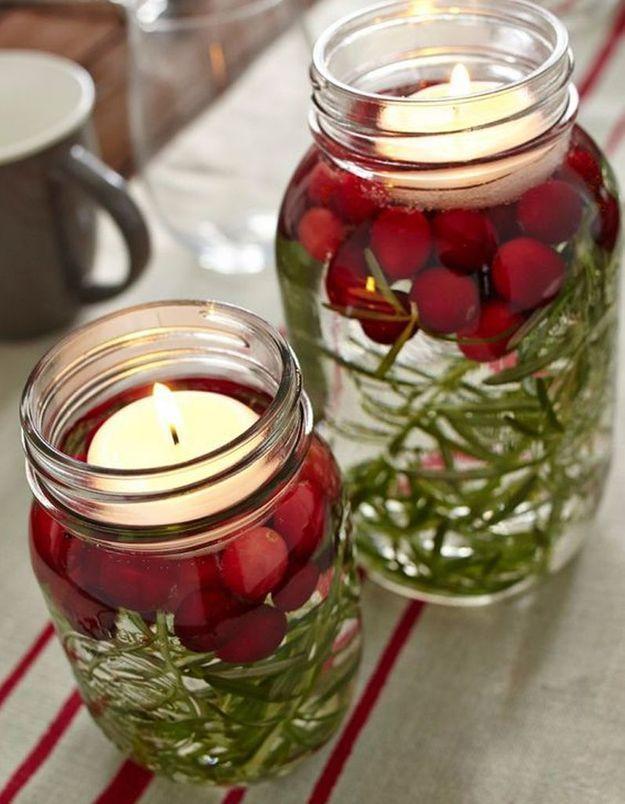 Décoration de table hiver : présentez des bougies dans des bocaux remplis d'eau