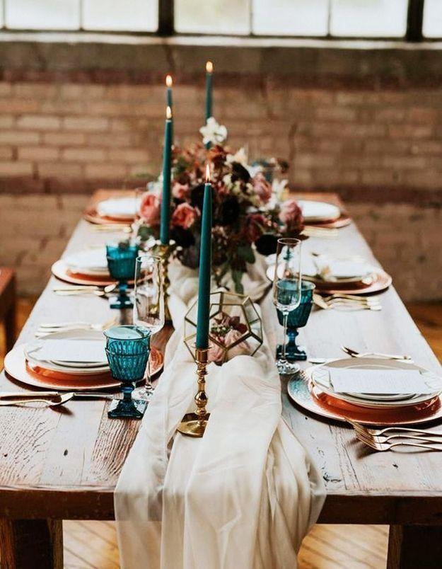 Décoration de table hiver : craquez pour du tissu nonchalamment posé en guise de chemin de table