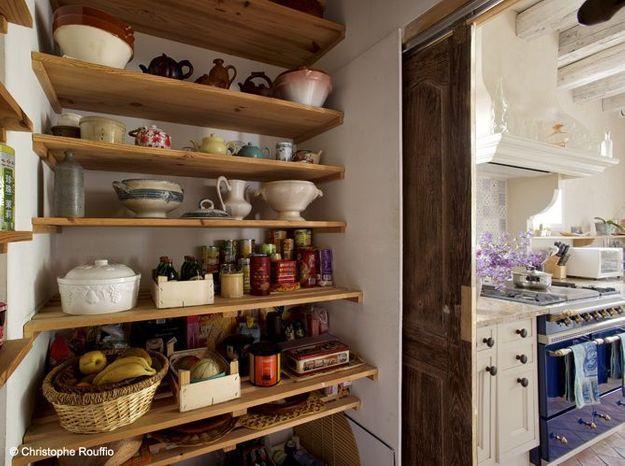 Une cuisine campagne avec garde-manger