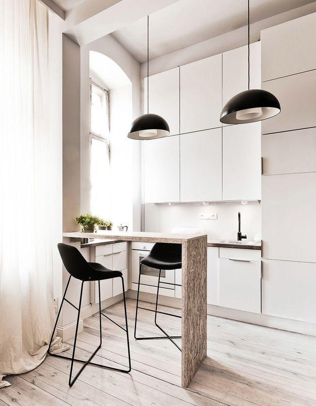 Une petite cuisine avec placards jusqu'au plafond