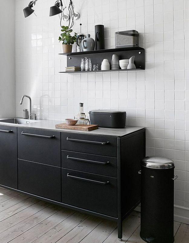 Une petite cuisine décorée comme une autre pièce
