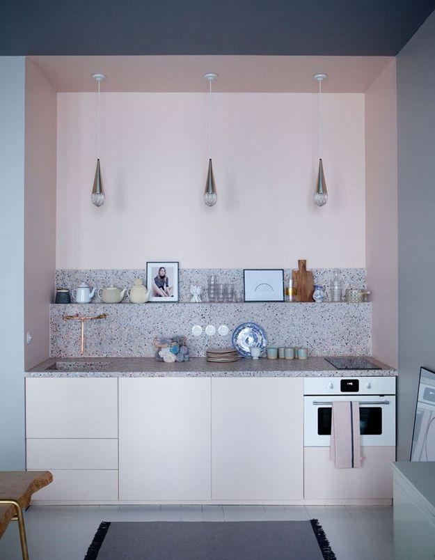 Une petite cuisine parcourue par une longue étagère