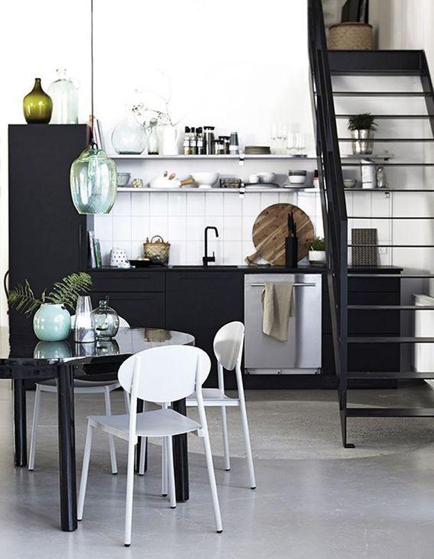 Une petite cuisine qui expose sa vaisselle