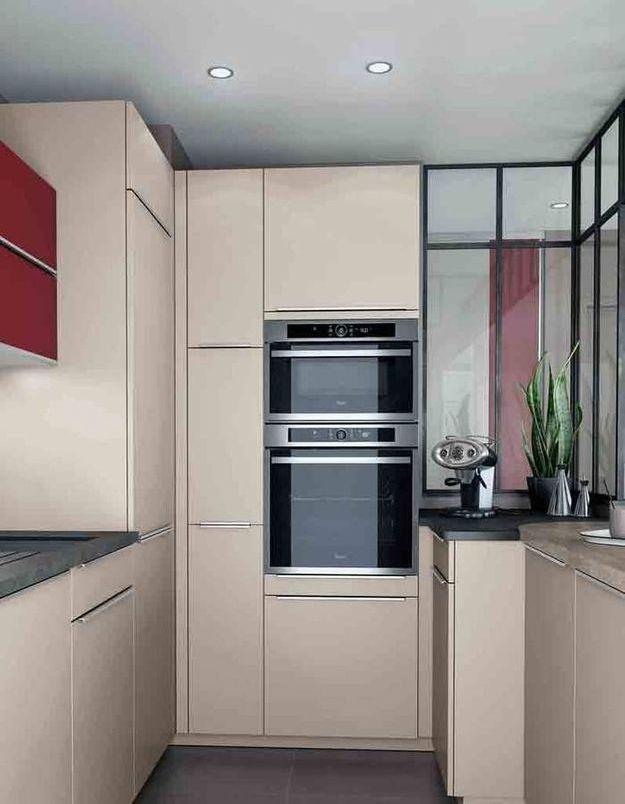 Une petite cuisine qui optimise la hauteur sous plafond