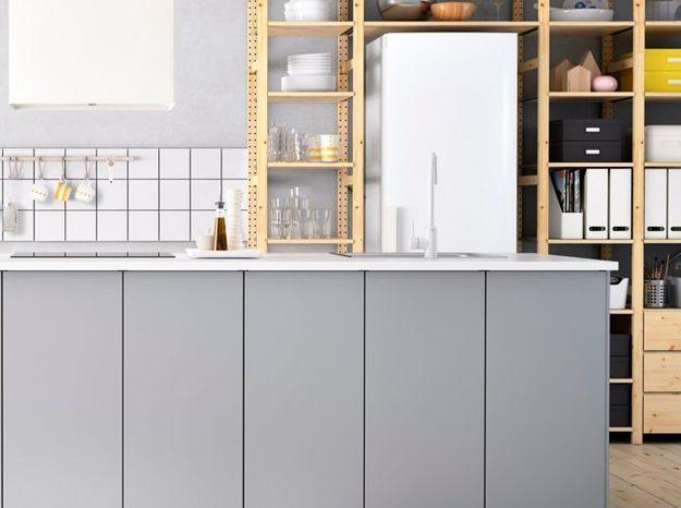 Des étagères qui encadrent le réfrigérateur
