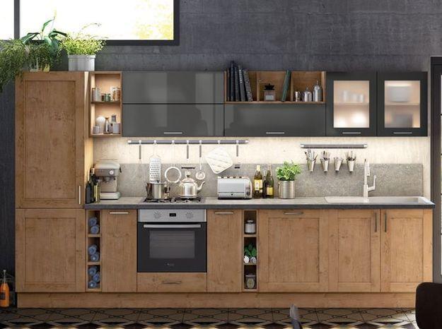 Un réfrigérateur encastré dans une cuisine chaleureuse