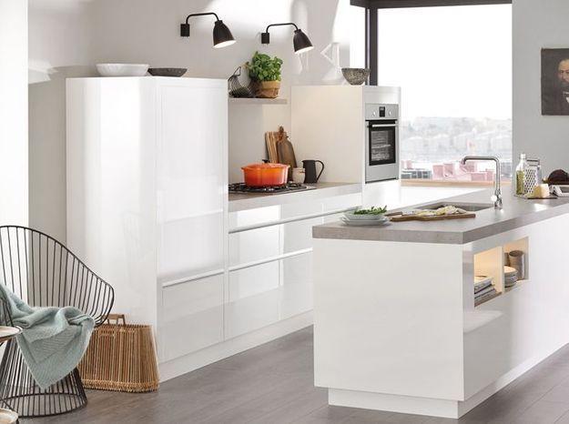 Un réfrigérateur encastré dans une cuisine épurée