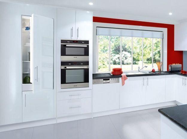 Un réfrigérateur encastré dans une cuisine immaculée