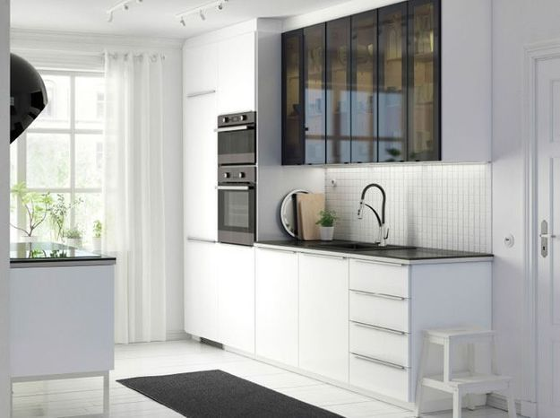 Des placards de cuisine pratiques avec des portes vitrées