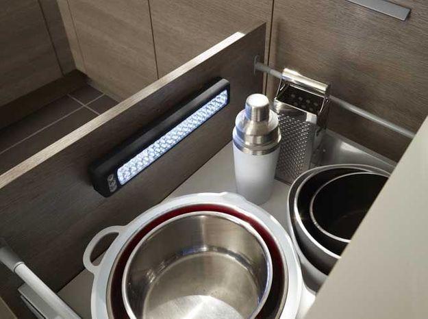 Des placards de cuisine pratiques avec lumière intégrée