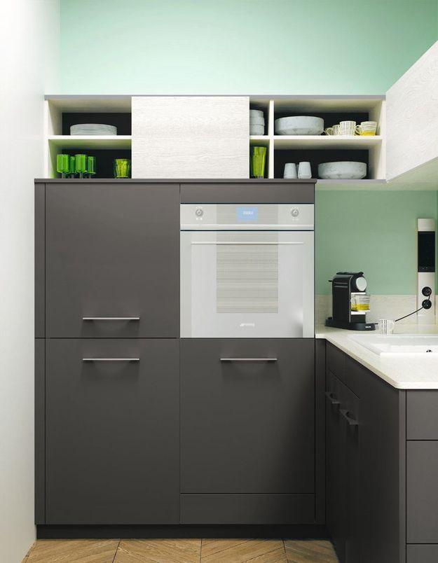 Des placards de cuisine pratiques dotés des portes coulissantes