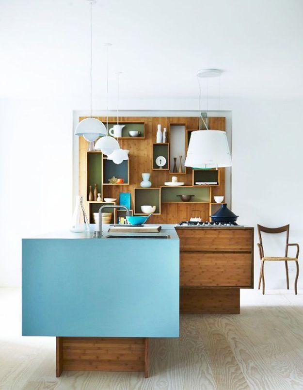 Une cuisine en bois foncé associée au bleu