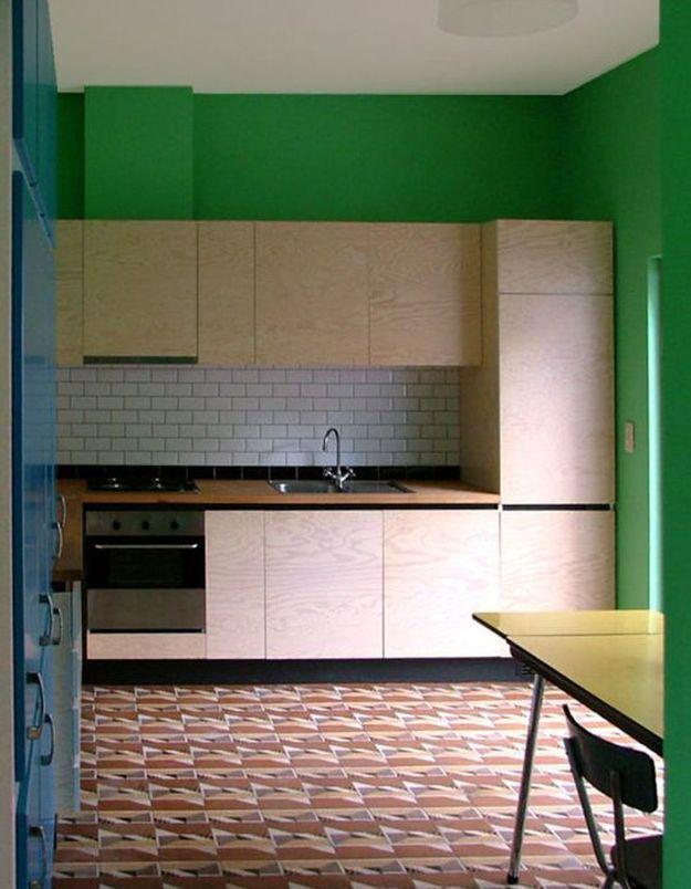 Une cuisine en bois réveillée par la couleur