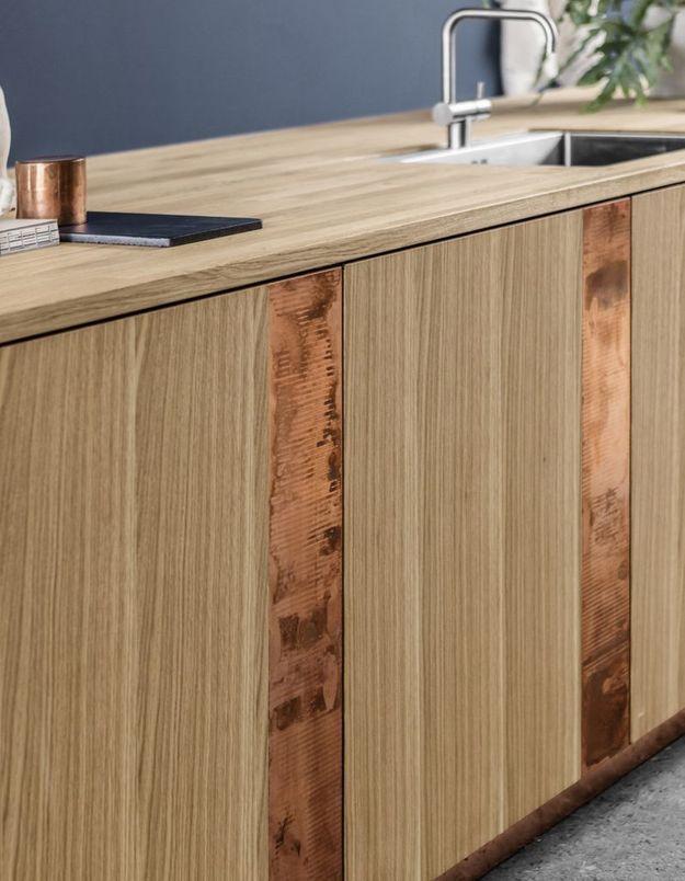 Une cuisine en bois stylisée grâce à du cuivre