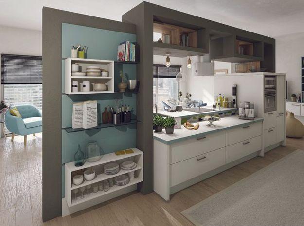 Une cuisine ouverte avec rangements invisibles côté salon