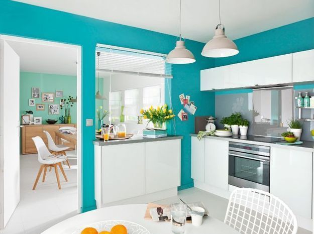 Une cuisine ouverte délimitée par un pan de mur coloré