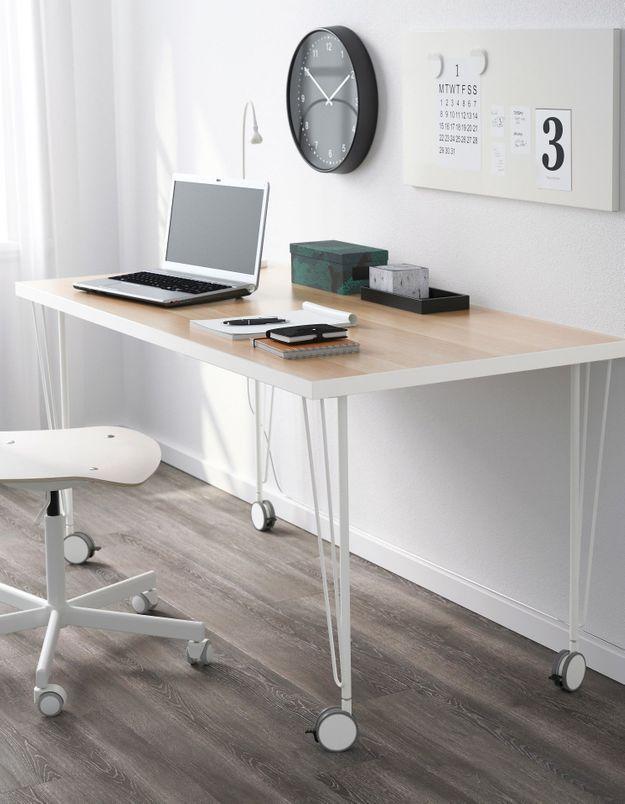 Un bureau IKEA géométrique
