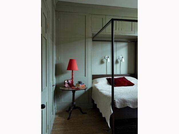 Créez un cocon grâce à un lit baldaquin dans votre petit appartement