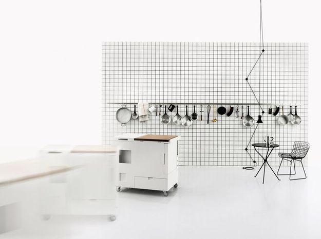 Un meuble sur roulettes qui contient une cuisine équipée