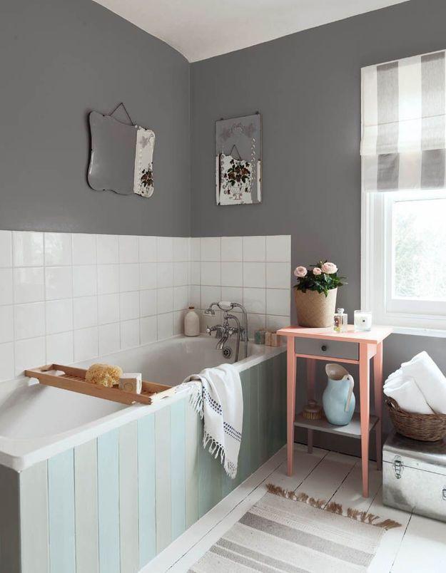 Une salle de bains grise et blanche contemporaine