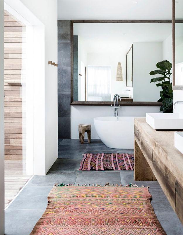 Accumulez les tapis dans la salle de bains