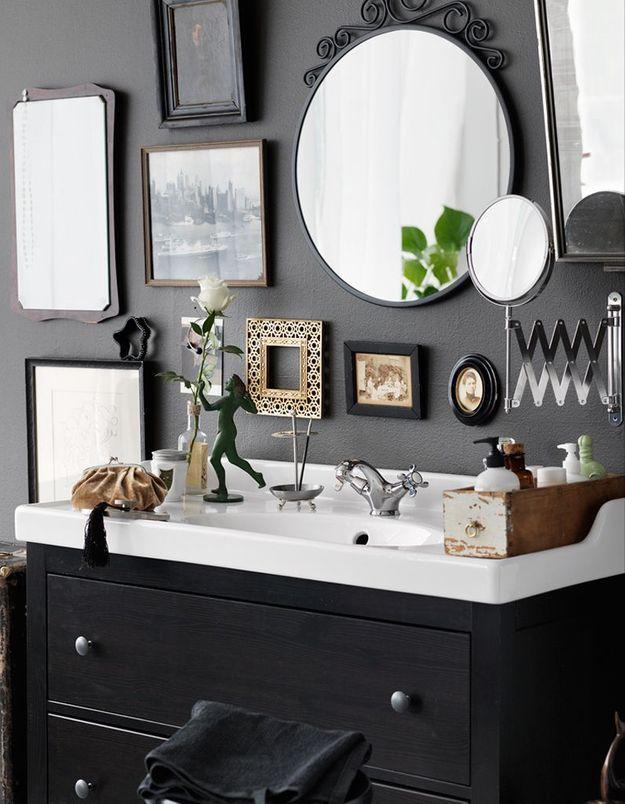 Créez un mur de miroirs et de cadres dans la salle de bains